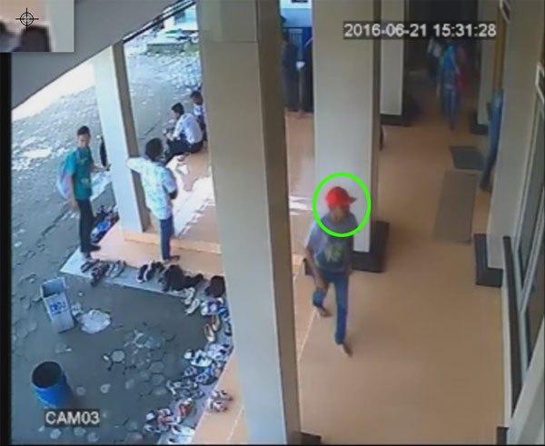 CCTV Cirebon - Pencuri tas di Masjid Unswagati terekam cctv