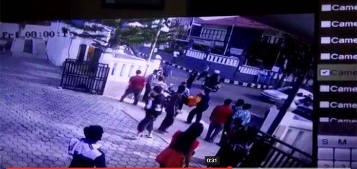 cctv Cirebon zonacctv.com - Terekam CCTV Kantor Samsat Kuningan, Ini Detik-detik Tabrakan Sepeda Motor
