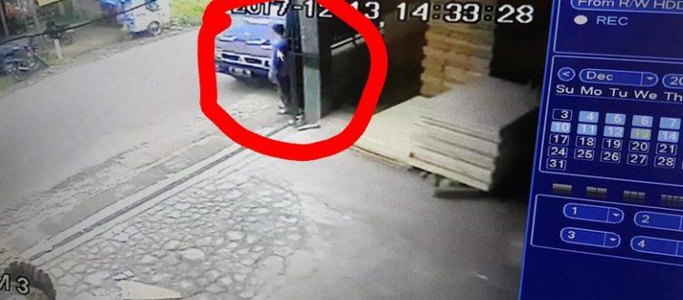 CCTV Cirebon - Pencuri Uang Rp 290 Juta di Mobil Kades Sukabumi Terekam CCTV